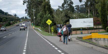 Tres venezolanos están caminando por la autopista norte cerca de Bogotá